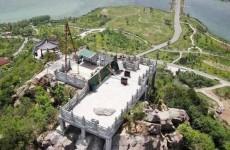 济南华山山顶新建观景平台基本完工 有网友认为笨重